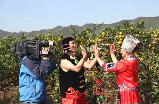 《魅力故乡》栏目摄制组拍摄药姑山瑶乡拍打舞现场