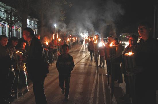 石南镇梅港村村民准备前往赛锣赛亮会比赛场地