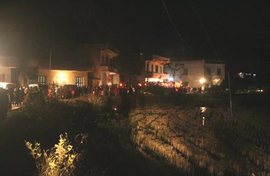 石南镇梅港村村民前往比赛场地观看赛锣赛亮会